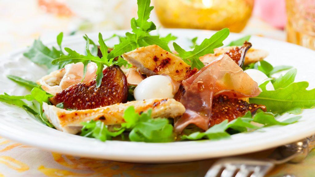 Poulet aux figues, fromage de chèvre et noix