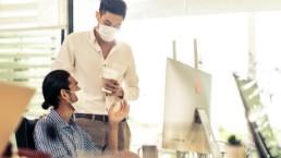 Parler sans masque en lieux clos, le plus contagieux dans la COVID-19