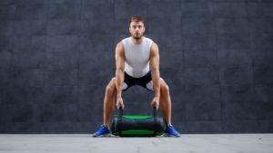 Routine d'exercices avec un sac bulgare. Swing rotatif.