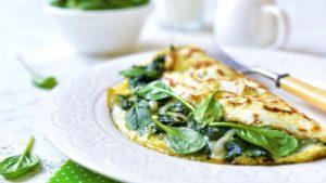 Omelette au fromage de chèvre et aux herbes fraîches.